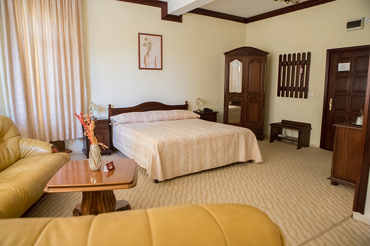 http://hotel-diplomat.ro/wp-content/uploads/suite/26.jpg